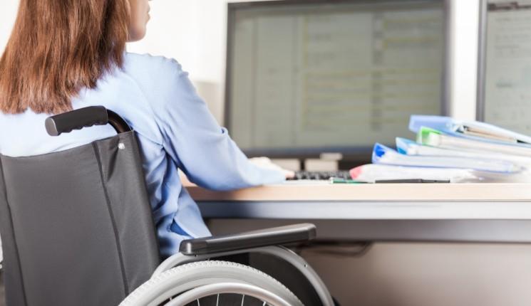 travailleur handicapé fauteuil roulant travail de bureau